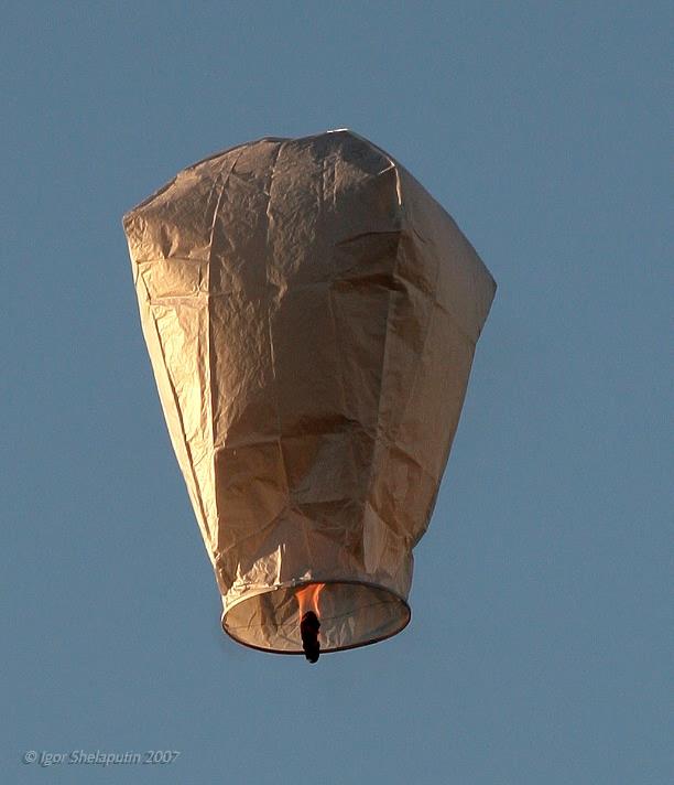 Если ваш первый воздушный шар из бумаги своими руками совершил удачный полет, его подъемной силы и самое главное на...